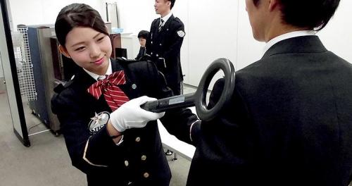 北九州空港の手荷物検査スタッフ
