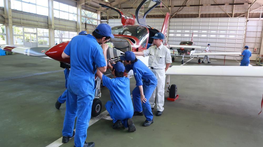 経験豊富な講師陣から、航空整備士に必要な専門知識と技術力を学び、「二等航空運航整備士」の取得を目指す